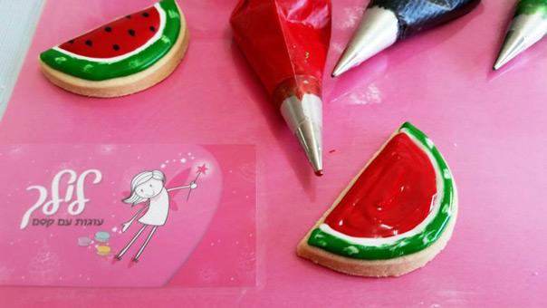 עוגית אבטיח - בעזרת רויאל אייסינג אדום נתחום את הקליפה