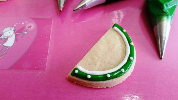 הדרכה להכנת עוגית אבטיח עם קישוט רויאל אייסינג
