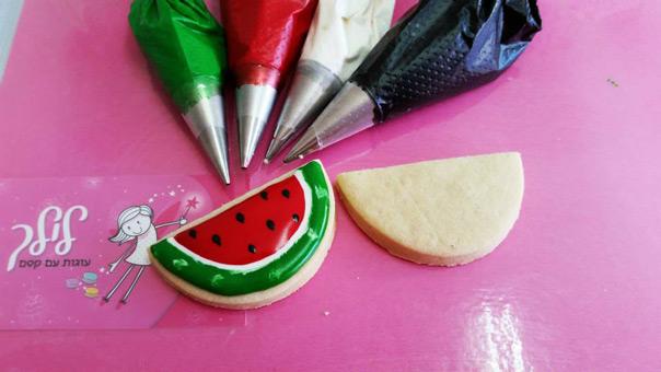 לכבוד הקיץ שהגיע – הדרכה לקישוט עוגית אבטיח עם רויאל אייסינג