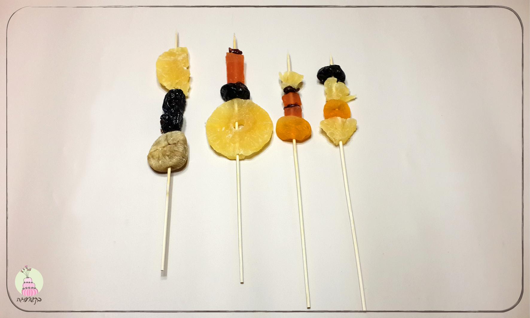 שיפודי פירות משפחתיים עם פרצופים מפוסלים בבצק סוכר- השלב הראשון