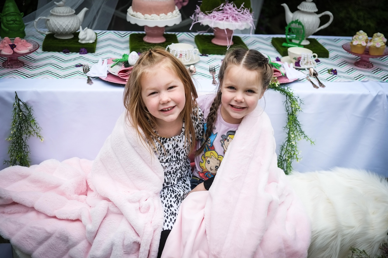 מסיבת תה אביבית לנסיכות אמיתיות - הילדות עם שמיכות דמויות פרווה