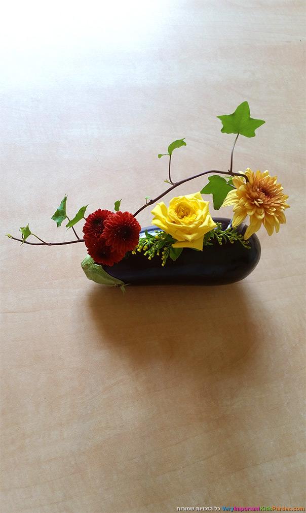 סידור פרחים בתוך חציל