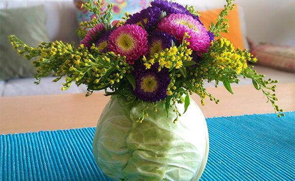 זר פרחים בתוך כרוב – לקראת שבועות