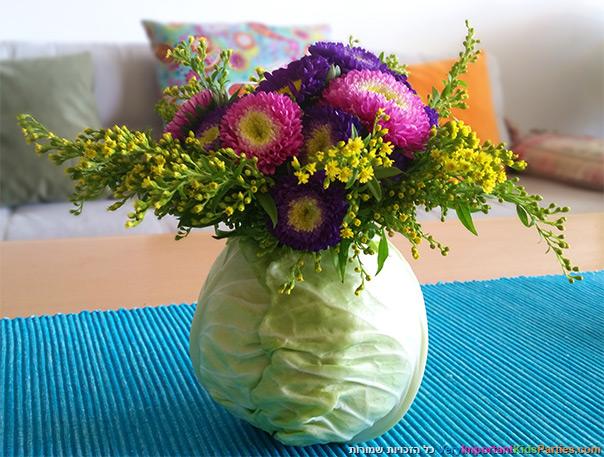 זר פרחים בתוך כרוב לקראת שבועות