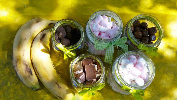 בננה אפויה במדורה עם שברי שוקולד ומרשמלו