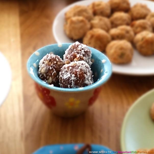כדורי תמרים עם אגוזים ושקדים