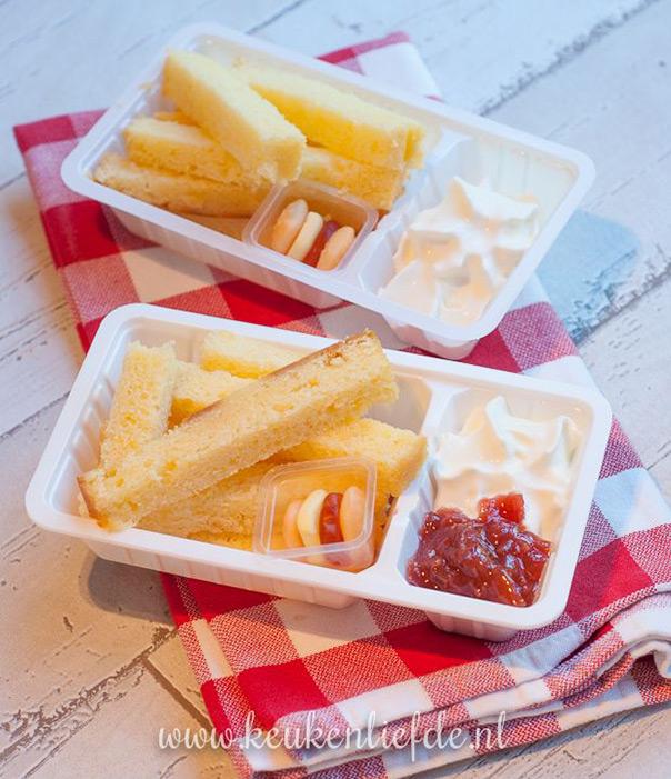 מאכלים מחופשים - עוגה עם קצפת וריבת תות מחופשת לצ'יפס עם קטשופ ומיונז