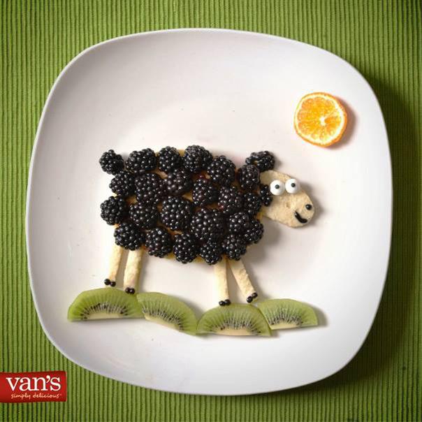 פנקייק עם פירות בצורת כבשה